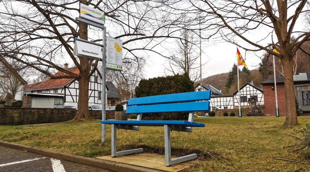 Mitfahrerbank in der Eifel